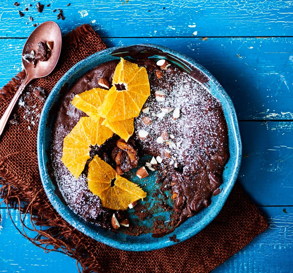 Suklaakakku jätetään sisältä ihanan valuvaksi.