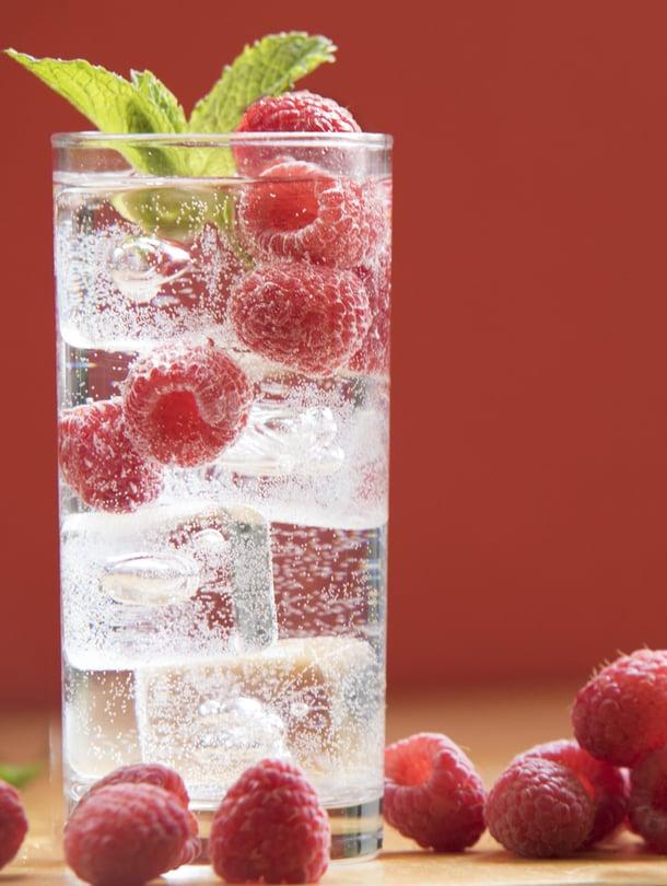 Lisää vesikannuun pakastettuja mansikoita, vadelmia, omenanlohkoja tai tyrnimarjoja. Juoma on paitsi kaunis, myös maukas ja takuuviileä! Kuva Shutterstock
